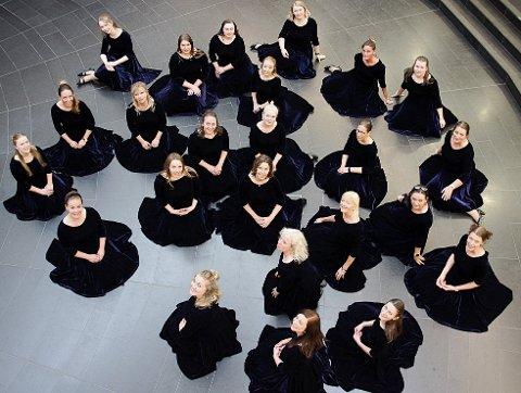 """KJOLEFINE: """"Tryllefløytene"""" er klare for å åpne sine egen musikalske historiebok. Her mye helt nye kjoler."""