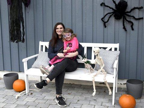 MORO: Torsdag 31. oktober er det Halloween. Mary Dozier Jørstad og datteren Emilia (4) i Elverum er mer enn klare!