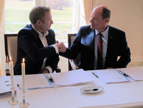 Konserndirektør Eivind Kallevik i Norsk Hydro ASA og Yaras fabrikksjef Per Knudsen signerer avtalen.