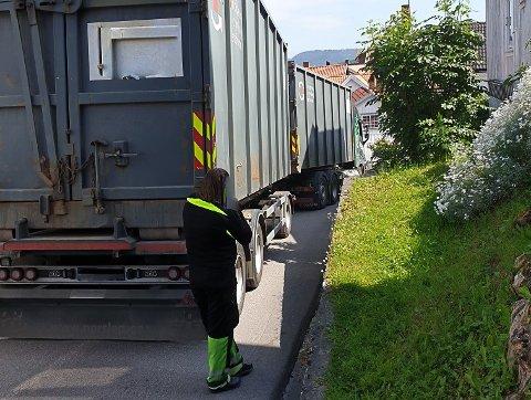Et vogntog har kjørt seg fast i Breviks trange gater.