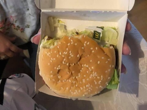 HALVSPIST: Burgeren Bjørn Morten Nybakken fikk servert var spist på, og hadde fått selskap av en åpnet saltpose oppi boksen.