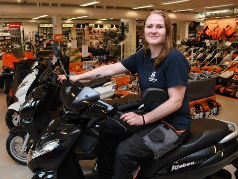 Høy fart: Hilde Bakken har fått en hektisk start på karrieren som butikksjef ved Skog og Hage i Moelv. Blant annet på grunn av salg av nye produkter, som tohjulingene på bildet.