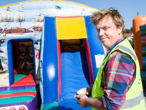 TRIVES: Dag Asbjørn Vaet (27) er frivillig fra Hole frivilligsentral. - Jeg liker å hjelpe andre, sier han.