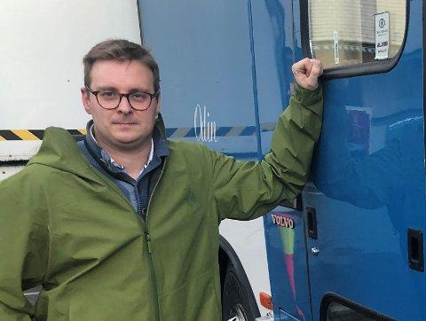 TESTBUSS: Christian Skari, assisterende kommuneoverlege står her ved testbussen for korona-testing. Fredag er det nye tilfeller av korona.