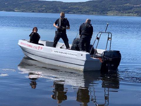 I VANNET: Bjørg Lomsdalen Næss, Henning Borgli (i midten) og Morten Jensen hos Lunner - Gran brann og redning på årets jomfrutur på Randsfjorden.