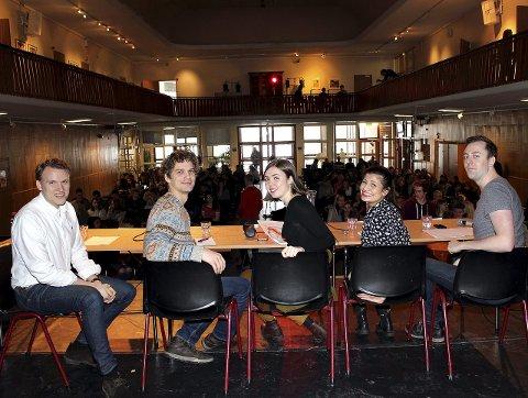 FLYKTNINGEDEBATT: FpUs Petter Melsom (f.v.), Peter Riseng (Unge Venstre), Anna Serafima Kvam (Grønn Ungdom), Hoda Imad (AUF) og Nicholas Wilkinson (SU). FOTO: Lars MJ Hansen