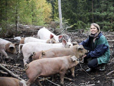 Lever ute: Henriette Grøndahl er opptatt av å gi grisene et så naturlig liv som mulig før de havner på tallerkenen. FOTO: ELISABETH JOHNSEN