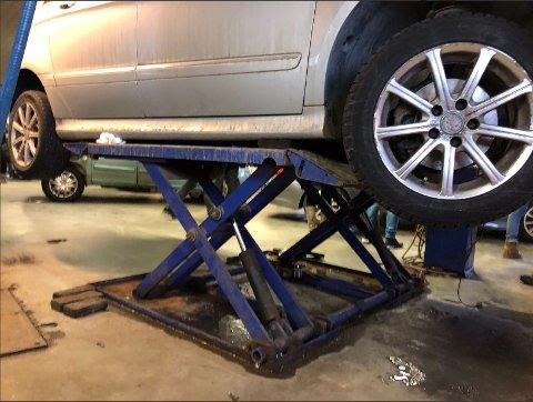 ULOVLIG ARBEID: Denne bilen ble det utført arbeid på ved ett av verkstedene som ble kontrollert torsdag. FOTO: STATENS VEGVESEN