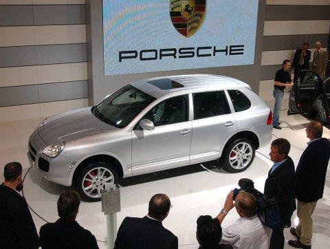 POPULÆRT KJØRETØY: Mange drømmer om å kjøre Porsche, men ikke alle har råd til å kjøpe en slik bil. 19-åringen la fram en falsk bankkvittering for å sikre seg en Porsche Cayenne, i tillegg til to andre luksusbiler. Dette er ikke en av de aktuelle bilene. ILLUSTRASJONSFOTO: SCANPIX