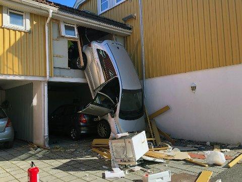 FRITT FALL: Bilen endte ut i løse lufta etter at den braste gjennom garasjeveggen.
