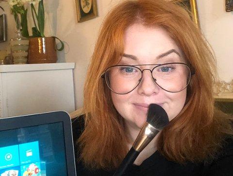 Klar for venninnekveld: Frisør Linda Olufsen (37) fra Lillestrøm jobber til vanlig på Gullsaksen på Strømmen. Hun er også tidligere norgesmester i makeup. Nå vil hun gjerne lære bort noen sminketriks på Snapchat. Foto: Privat