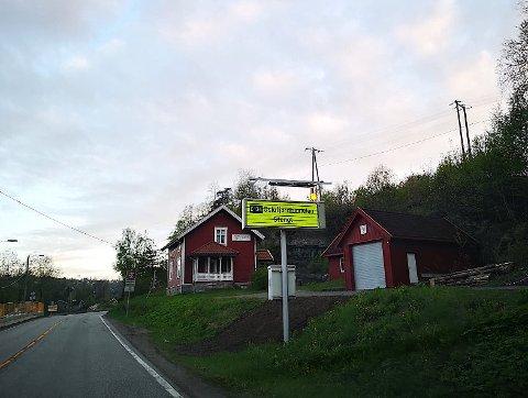TUNNELVARSLING: Skiltet ved Slemmestadveien varsler trafikanter når Oslofjordtunnelen er stengt. Flere tipsere har poengtert at plasseringen av skiltet gjør at de som kommer fra Sundbyveien, ca 200 meter lengre fram, må kjøre helt  Midtbygda før de får den samme informasjoen.