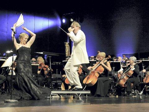 Fest: Det er alltid solide doser med humør når KI inviterer til «Midtsommer festkonsert». Her er dirigent Dag Nilssen i lekent samspill med  sopran Eir Inderhaug fra konserten i 2014. Foto: Flemming H. Tveitan