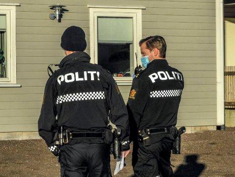 POLITI: To politifolk fulgte med representantene fra kommunens tilsynsgruppe på byggeplassen i Stokke torsdag 26. november.