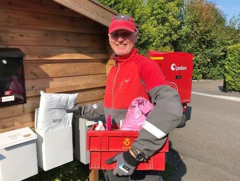 FULLT TRØKK: Jon Gustavsen i Posten merker godt at flere bestiller på nett. Han opplever en eksplosjonsartet vekst i nettpakkeleveringer.