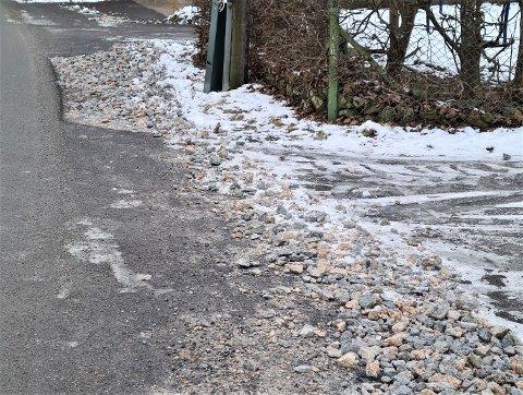 FROSSET PUKK: Noen av utkjørslene til Hauanveien er dekket av stein og is. Pukken ble ifølge tipser flyttet på da brøytebilen kom. FOTO: Privat