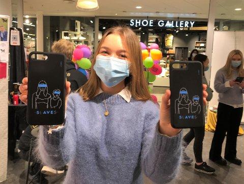 UNGE VERDISKAPERE: Elever lærer å etablere, drive og avvikle en virksomhet. Marie Roland Jacobsen viser frem egendesignede mobildeksler.