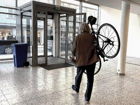 UT DØRA: Det norske velferdssystemet gjør det mulig for fortsatt nokså oppegående å gjøre det de mest har lyst til.