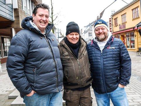André Altier (t.v.) og Per Kristian Langvik (t.h.) dro i gang en kronerulling for Kjell Rune Schau, som mistet 8.000 kroner.