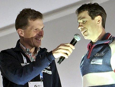 INTERVJUER: Sigmund Vister har erfaring som speaker og intervjuer fra flere mesterskap tidligere. Her intervjuer han skiskytterkongen Ole Einar Bjørndalen.