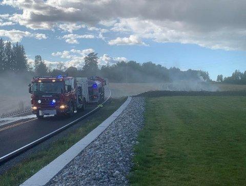 STENGT VEI: Brannvesenet har sperret veien grunnet tykk røyk.