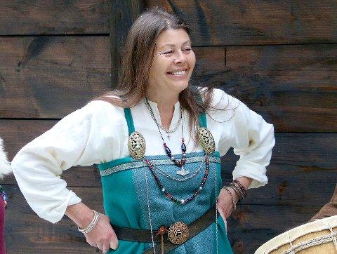 SPÅR NY TID: Husfrua i vikingbyen spår ei ny tid for reiselivet framover. - No blir det reis saktare og opplev meir, seier Torill Hylland.