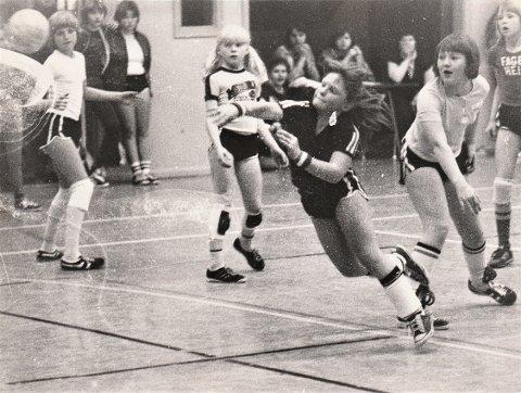 Handball er en viktig del av Ogndal IL og ordfører Anne Berit Leins idrettskarrière. Her fra kampen mellom Røysing og Fagerheim - fra venstre Anne Berit Lein, Mona Ryan, Ann Kristin Kleveland i skuddet, Berit Sakrisvoll og Siv Langfjord.