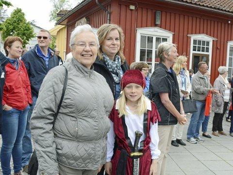 FØRSTE GANG: Grethe Lund Mathisen, Sissel Lund Mathisen og Emma Lund Christiansen på sin første Shanty-festival.