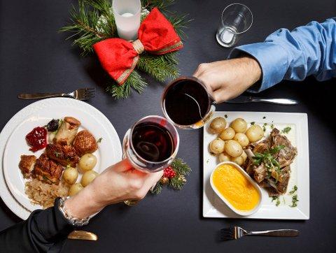 GOD MAT OG DRIKKE: Julebordsesongen består ofte av mye god mat og drikke. Da er det viktig å være klar over promillen som følger med.