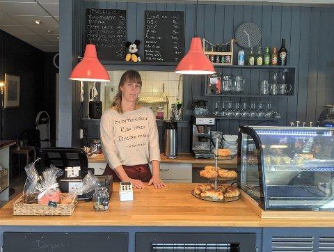 Leonie har drevet Bankplassen siden slutten av 2019. Nå har hun valgt å selge kaféen.