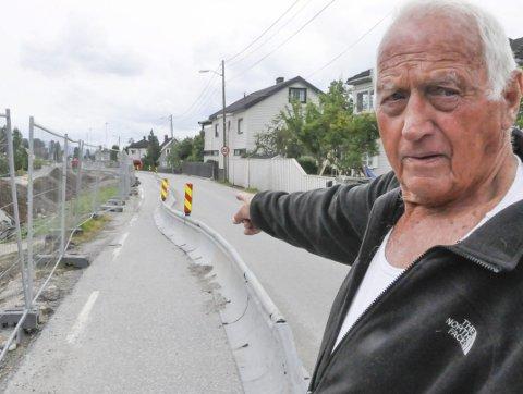Forstår ikke: Otto-Johan «Totto» Pedersen i Lisleheradveien forstår ikke med sin beste vilje at ikke veien kan rettes ut og dermed gi plass til et fortau mot bebyggelsen.