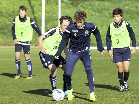 Trente i Groningen: Oskar Siira Sivertsen (i blått) trente sist uke med Groningen. Her er unggutten på trening med G16-laget til KBK før NM-semifinalen mot Vålerenga tidligere i høst.