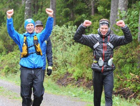 Hardhausene Espen Avset Fredriksen og Jan Roger Hagen kom dyktig slitne og frosne i mål, etter å ha gjennomført 16 turer opp og ned fra Meekknoken i løpet av 24 timer. Knut Kongshaug (bak) fulgte de to på de tre siste turene.