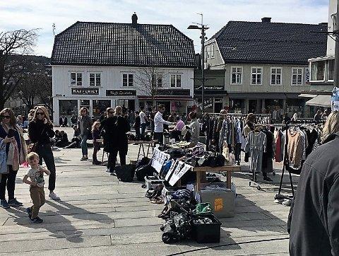 NYE, GAMLE SKATTER: Det skal være stor sjanse for å sikre seg et par fine ting i helgen når Tønsberg Sentrum inviterer til gjenbruksmarked. Dette bildet er fra et tidligere arrangement.