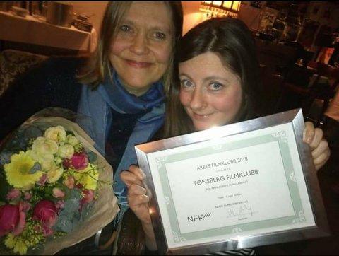 FORNØYDE: Styremedlem Cecilia Gustavsen (til venstre) og filmklubbleder Vibeke Lia mottok prisen på vegne av Tønsberg Filmklubb.