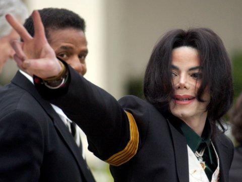 Den avdøde popstjernen Michael Jackson, her fotografert 2. mars 2005, blir i en ny dokumentar fra HBO beskyldt for seksuelle overgrep mot barn. I NRK har redaksjonsledelsen bestemt at Jacksons musikk ikke skal spilles i to uker.