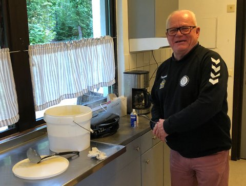 KJØKKENSJEFEN: Ole Jan Skoglund sørger for kaffen og vaflene til de frammøtte.
