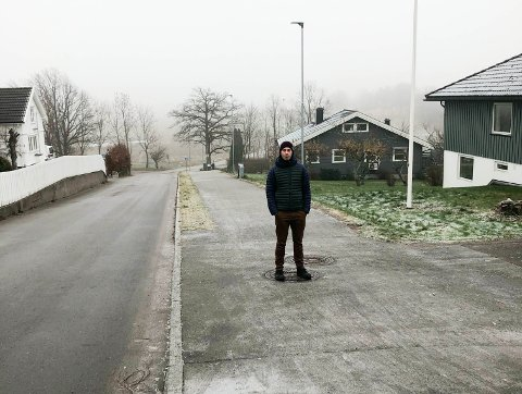 FRYKTER ULYKKER: Mathias Wien opplever at mange råkjører nedover Skarphagaveien. Han er redd det skal skje en ulykke langs skoleveien som er sonet til 30 km/t.