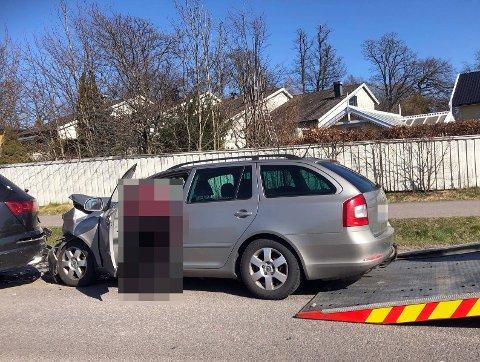 Den bakerste bilen fikk store materielle skader etter sammenstøtet på Kirkeveien.