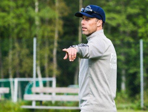 KORONATRENER: - Situasjonen er spesiell, men jeg syns vi får til treninger med bra trøkk likevel, sier trener Ronny Johnsen, her i aksjon på FK Eik Tønsberg-treningen tirsdag,