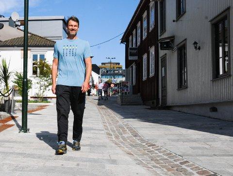 TRIVES I TØNSBERG: Robert Hedin skrev en femårskontrakt med Tønsberg Nøtterøy, og ledet laget til eliteserien i håndball på første forsøk. Søndag starter kampen for å overleve.