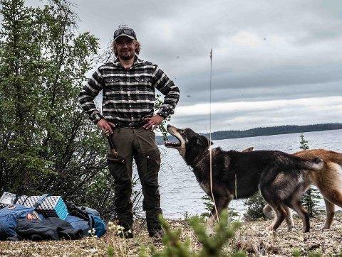 KLAR FOR Å KOMME HJEM: – Jeg savner jo hjembygda og fjellet, sier Jens Kvernmo, som fortsatt er korona-strandet i Canada sammen med sine firbeinte venner «Bamse» og «Tarzan».