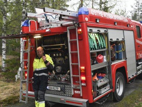 Utrykningsleder Arne Sines ved brannbilen i Molandsdalen. Bilen hadde ingen mulighet til å komme i nærheten av brannstedet. Foto: Øystein K. Darbo