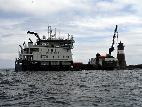 Arbeid: Kystverket fjernet torsdag en umerket trosse og moring ved Ytre Møkkalasset fyr. Foto: Skibsaksjeselskapet Hesvik