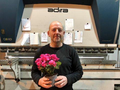 JULEGLEDE: Morten Romslo fyller 51 år i dag (7. desember) og synes det var ekstra hyggelig å få en blomst på bursdagen.