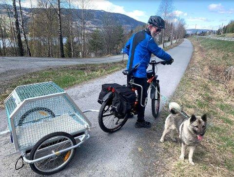 Mikael Kvam fra Øyer har bygd sykkel-hundehenger for å kunne dra på langtur med elghunden Zack.