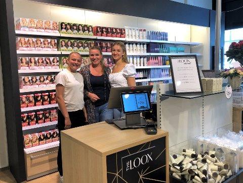 HAR ÅPNET DØRENE: Mari (f.v.), Monica og Tuva sto klare til å ta imot nye og gamle, gode Vita-kunder i nye The Loox torsdag.