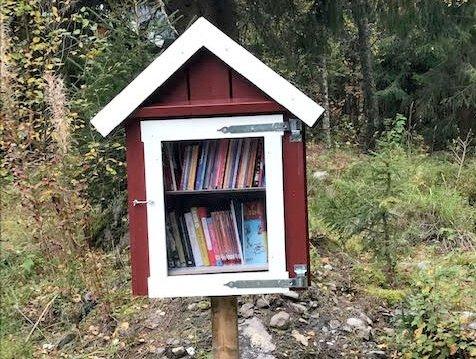 SKOGBIBLIOTEK: I skogen ved Jensrud kan du slå deg ned og velge en bok.