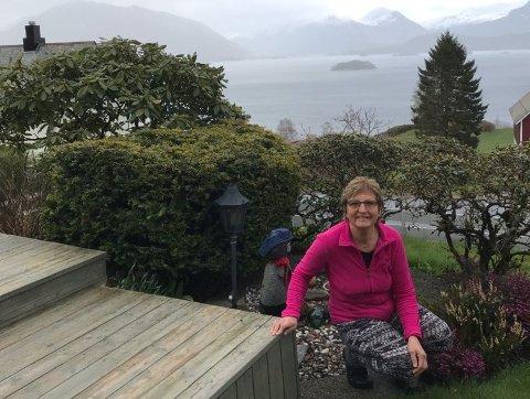 LANGT LIV SOM FRISØR: Kari Gunn Kleppe i sitt barndomsrike på Gurskøy i Herøy kommune på Sunnmøre, der hun planlegger å flytte tilbake når hun snart er pensjonist.