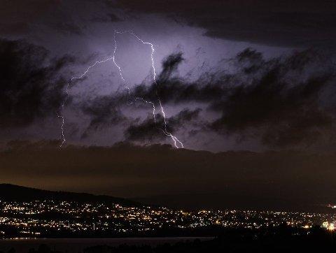 LYN: Meteorologisk institutts lynkart viser lørdag kveld at spesielt ett sted på Romerike har opplevd flere titalls lynnedslag. Dette bildet er ikke fra i dag, men fra et tidligere tordenvær på Romerike. Foto: Vidar Sandnes